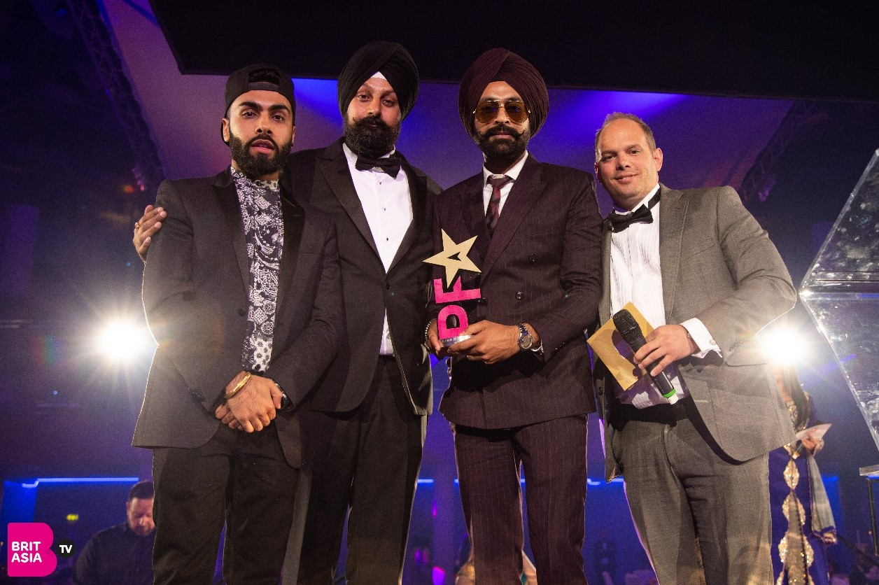 Tarsem Jessar collects his award for Best Debut Performance from British Asian star Raxstar, CEO of BritAsia TV, Tony Shergill and sponsor 8 Outdoor Media
