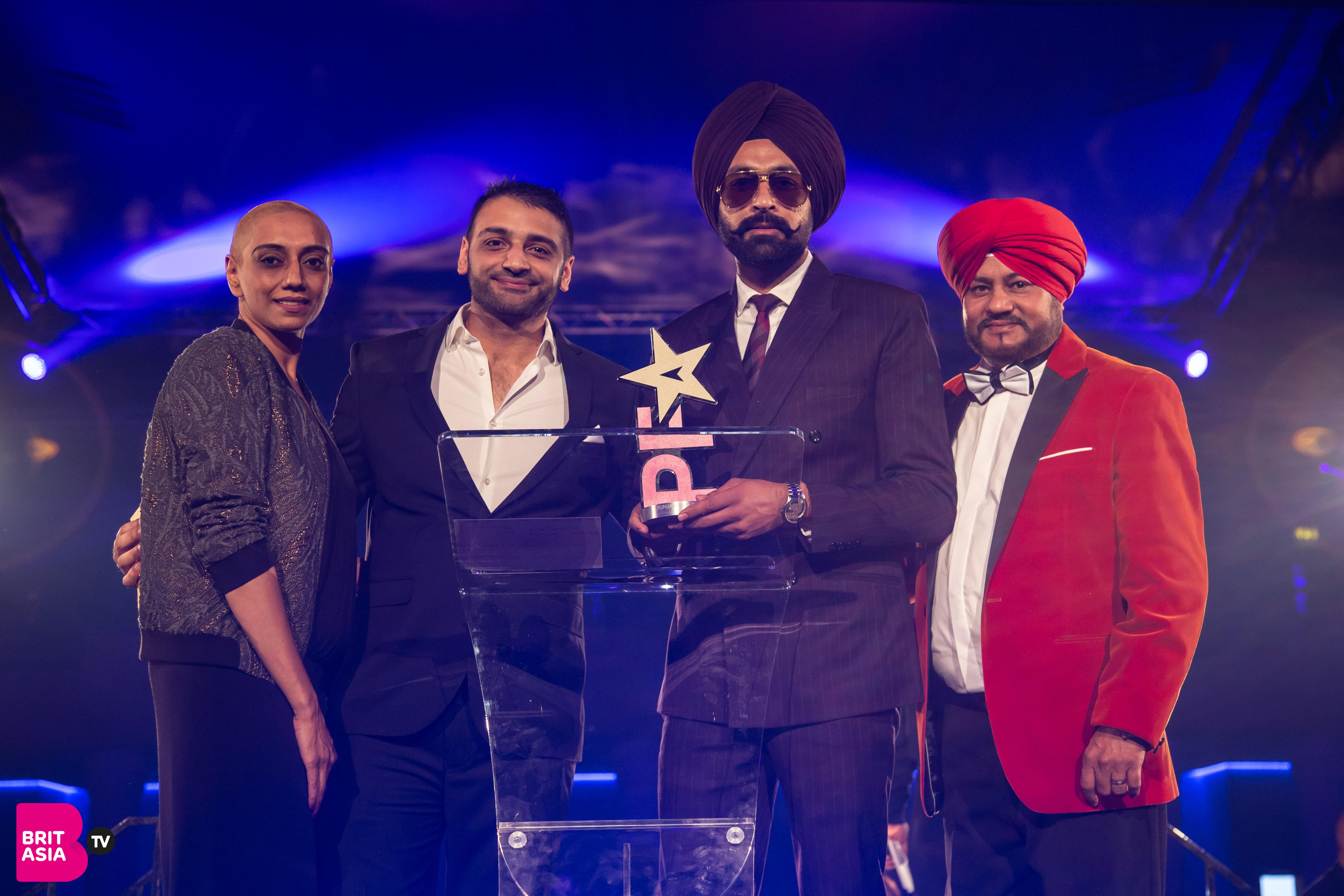 Balwinder Safri and sponsor Decadence/Manac Vodka present the award for Best Debut Performance